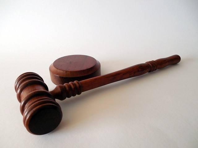 un gavel de juez encima de una mesa. las personas que quieres sacar la licencia de contratista tienen que hacer fingerprinting