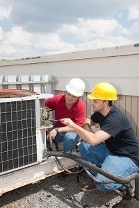 un contratista de aire acondicionado trabajando con un contratista genearl