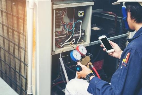 un contratista haciendo pruebas de un sistema de aire acondicionados